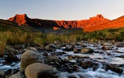 Lever de soleil d'or d'amphithéâtre de Drakensberg Photographie stock libre de droits