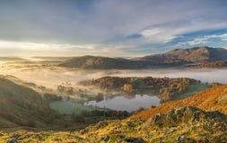 Lever de soleil d'or d'automne dans une vallée du secteur de lac Photo stock