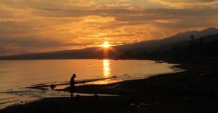 Lever de soleil d'or dans Lovina, Bali Image stock