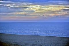 Lever de soleil d'or et rougeoyant merveilleux de bord de la mer image stock