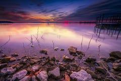 Lever de soleil d'hiver au-dessus de lac Benbrook Photo libre de droits