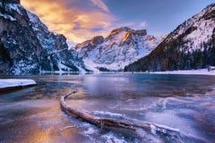 Lever de soleil d'hiver au-dessus de Lago di Braies, dolomites, Italie Image stock