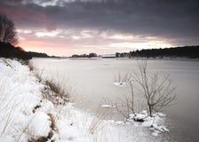 Lever de soleil d'hiver au réservoir de Yorkshire Images libres de droits
