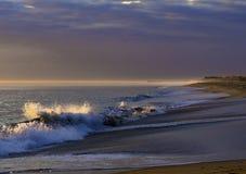 Lever de soleil d'hiver dedans sur les vagues image stock
