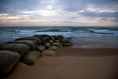 Lever de soleil d'océan avec des sacs de sable images libres de droits