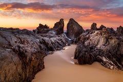Lever de soleil d'océan avec les canaux rocailleux de roche près de Narooma photos libres de droits