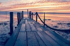 Lever de soleil d'un pilier en bois photo stock