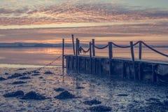 Lever de soleil d'un pilier en bois photographie stock libre de droits