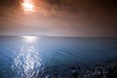 Lever de soleil dans Balaton et pilier en pierre Images stock