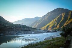 Lever de soleil dans Besham avec vue sur les montagnes et le fleuve Indus photographie stock libre de droits