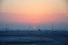 Lever de soleil dans l'aéroport de Doha Image libre de droits
