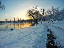 Lever de soleil dans l'horaire d'hiver en parc de Tineretului, Bucarest, Roumanie photographie stock