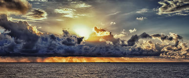 Lever de soleil dans l'océan Photo libre de droits