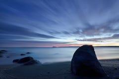 Lever de soleil dans la baie de Vromos Images libres de droits