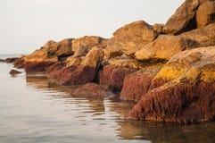 Lever de soleil dans la baie rocheuse Photos stock