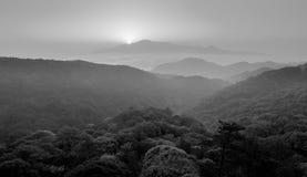 Lever de soleil dans la brume, image noire et blanche