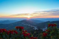 Lever de soleil dans la ville avec le fond de montagne Photographie stock libre de droits