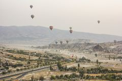 Lever de soleil dans le cappadocia avec des baloons d'air Photographie stock