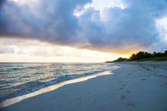 Lever de soleil dans le paradis avec des nuages Image stock