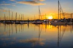 Lever de soleil dans le port Photos libres de droits