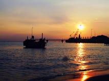 Lever de soleil dans le port Image stock