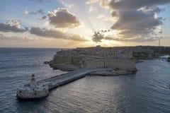 Lever de soleil dans le port de La Valette de Malte sur le fond brumeux de mer Images libres de droits