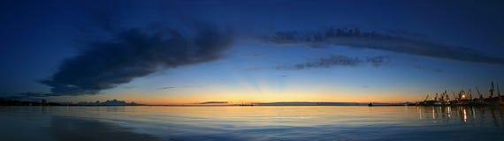Lever de soleil dans le port maritime de Feodosia Images stock