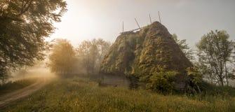 Lever de soleil dans le village de montagne antique Image stock