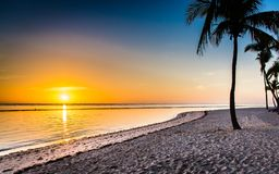 Lever de soleil dans les Caraïbe, les nouveaux débuts de jour photographie stock
