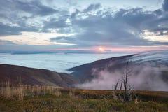 Lever de soleil dans les montagnes au-dessus des nuages Images libres de droits