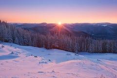 Lever de soleil dans les montagnes d'hiver Photo libre de droits