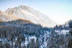 Lever de soleil dans les montagnes et la région boisée neigeuses d'hiver Hintersteiner Tal, Allgau, Bavière, Allemagne photographie stock libre de droits