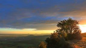 Lever de soleil dans les montagnes, forêt, ciel bleu 7 Image stock