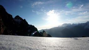Lever de soleil dans les montagnes neigeuses Laps de temps des nuages L'altitude de 4050 mètres clips vidéos