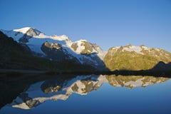 Lever de soleil dans les montagnes suisses photographie stock