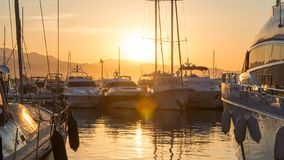 Lever de soleil dans Puerto Banus, Espagne, avec les yachts et le luxe images stock