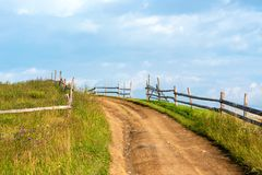 Lever de soleil dans un domaine sur une route rurale Photographie stock libre de droits