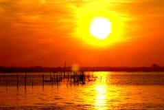 Lever de soleil dans un village de pêche Photo stock