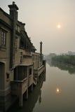 Lever de soleil dans une vieille ville chinoise images libres de droits