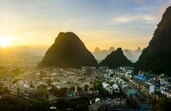Lever de soleil dans Yangshuo Chine au-dessus des roches et de la ville de karst Photographie stock libre de droits