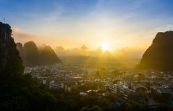 Lever de soleil dans Yangshuo Chine au-dessus des roches et de la ville de karst Photo libre de droits
