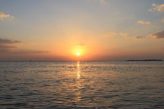 lever de soleil de bateau de paysage marin de navigation d'aube de bateau photo libre de droits