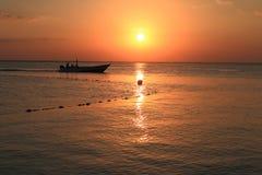 lever de soleil de bateau de paysage marin de navigation d'aube de bateau Photographie stock libre de droits