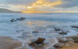 lever de soleil de bateau de paysage marin de navigation d'aube de bateau photos stock