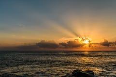 lever de soleil de bateau de paysage marin de navigation d'aube de bateau images libres de droits