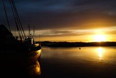 Lever de soleil de bateau de poissons photos stock