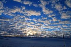 Lever de soleil de bleu et d'or avec des turbines de vent et la puissance Polonais Photographie stock libre de droits