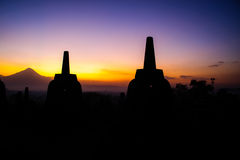 Lever de soleil de Borobudur avec le volcan de Merapi Image stock
