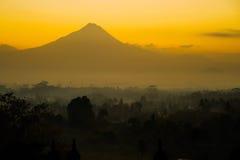 Lever de soleil de Borobudur avec le volcan de Merapi Photographie stock libre de droits
