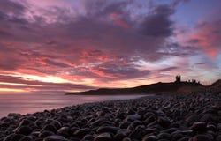 Lever de soleil de château de Dunstanburgh Photo stock